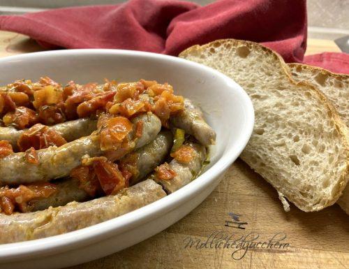 Salsiccia e pomodori in padella ricetta saporita