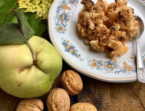 Crumble di farina di riso e noci con mele cotogne