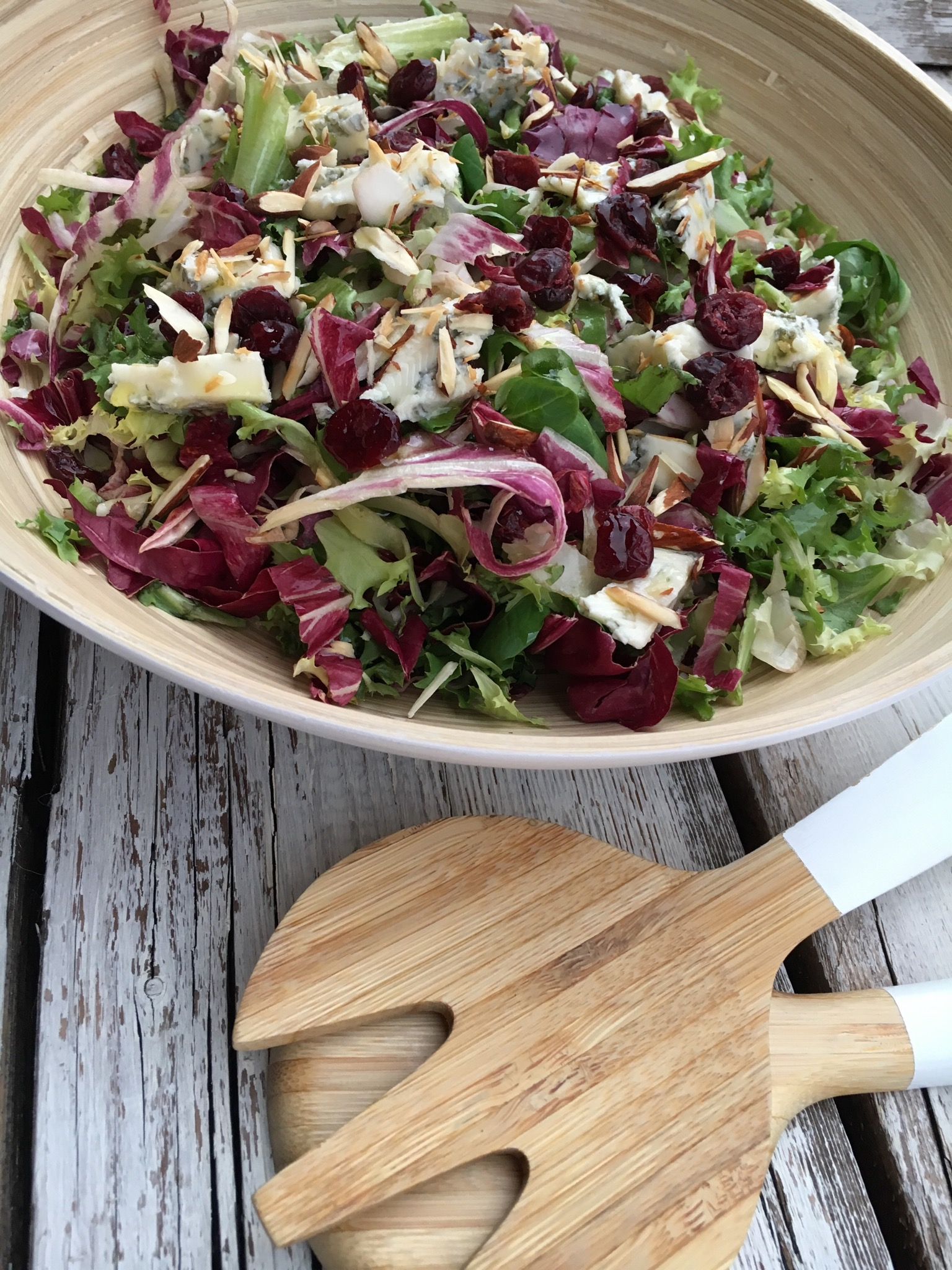 Insalata di radicchio con mandorle e gorgonzola
