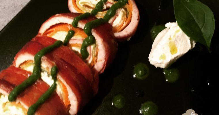 Rollé di tacchino, speck e caprino con verdure e crema di spinaci.