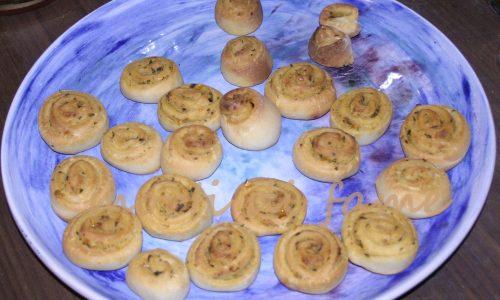 Girelle di pasta matta ai pomodori secchi ricetta finger food