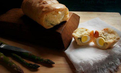 Pane con asparagi e uova di quaglia, ricetta veloce