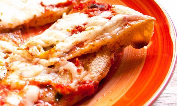 Pizza in padella con esuberi di lievito madre, ricetta facile