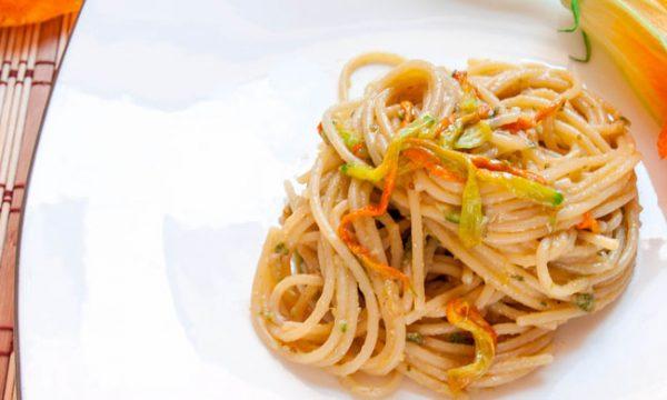 Pasta al pesto di zucchine e fiori, ricetta veloce
