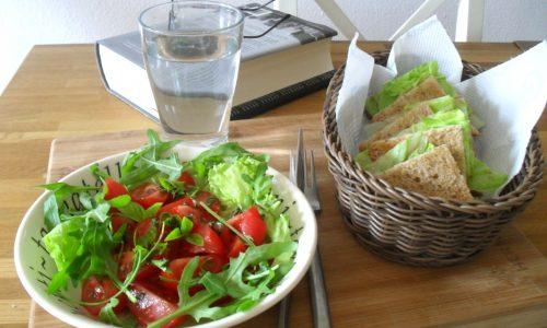 Panino con crudo e insalatina