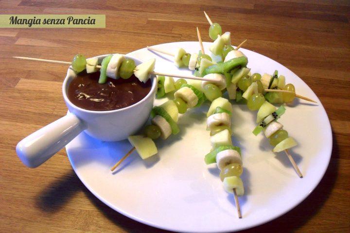 Spiedini di frutta al cioccolato, ricetta leggera, Mangia senza Pancia