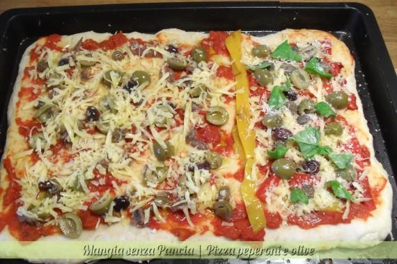Pizza peperoni e olive, ricetta facile, Mangia senza Pancia