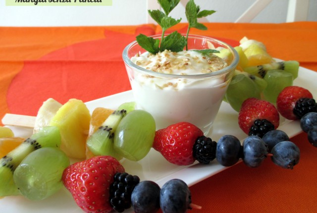 Spiedini di frutta con yogurt