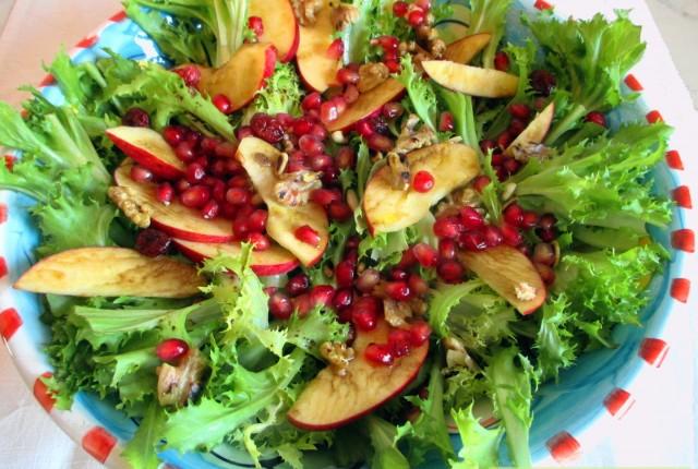 Insalata di scarola con frutta e noci