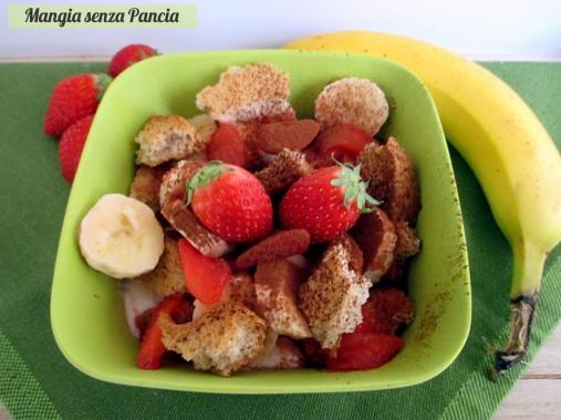 Coppa yogurt e frutta con fette sbriciolate, Mangia senza Pancia