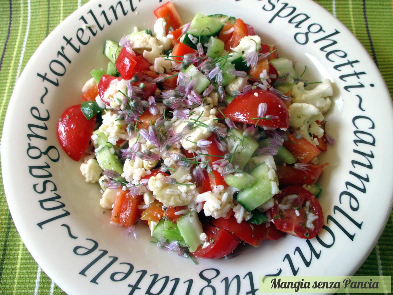 Insalata riso e verdure con i fiori