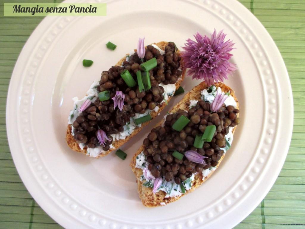 Crostini con caprino alle erbe e lenticchie