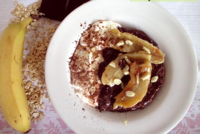 Porridge al cacao light con yogurt e frutta