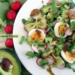 Pasta fredda con verdure, uova e avocado