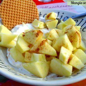 Merenda veloce: mela e cannella con yogurt