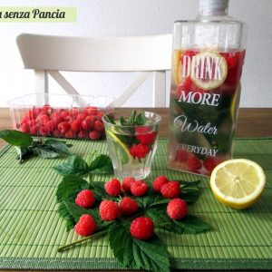 Bevanda depurativa lamponi, limone e menta