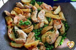 Pollo con patate e piselli in padella