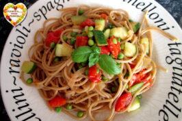 Pasta con piselli, zucchine e pomodorini