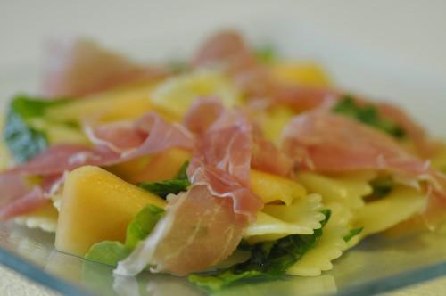 insalata di pasta fredda-farfalle con rucola prosciutto e melone-insalata di pasta
