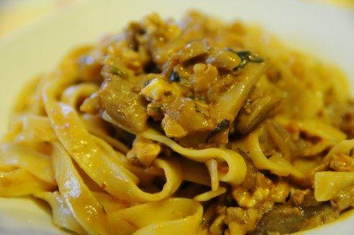 Pasta con i funghi – Tagliatelle con ragù di funghi e noci