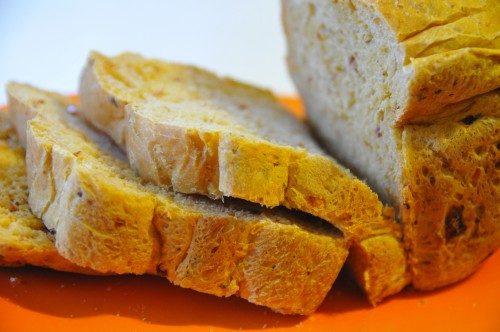 Pane con pomodori secchi e salame piccante