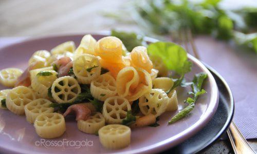 Insalata di pasta con prosciutto melone e rucola