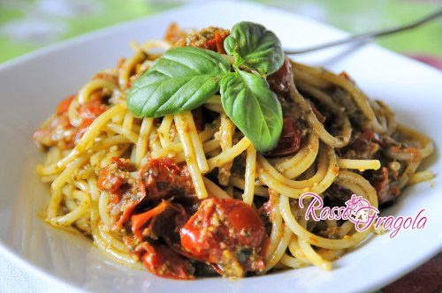 spaghetti con pesto di noci e datterini di pachino