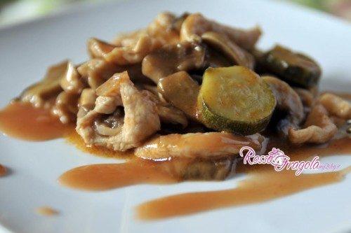 Straccetti di pollo con zucchine, funghi e salsa in agrodolce