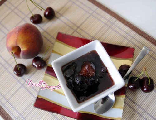 Composta di frutta con ciliegie pesche e mele alla cannella