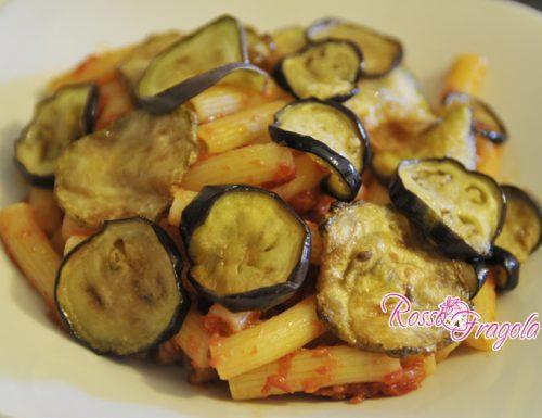 Pasta al pomodoro con chips di melanzane e zucchine
