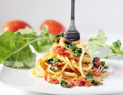 Spaghetti al tonno con pomodori e rucola