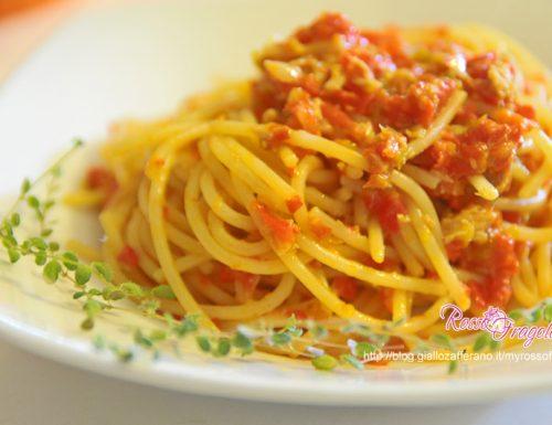 Spaghetti con pesto di peperoni rossi e tonno