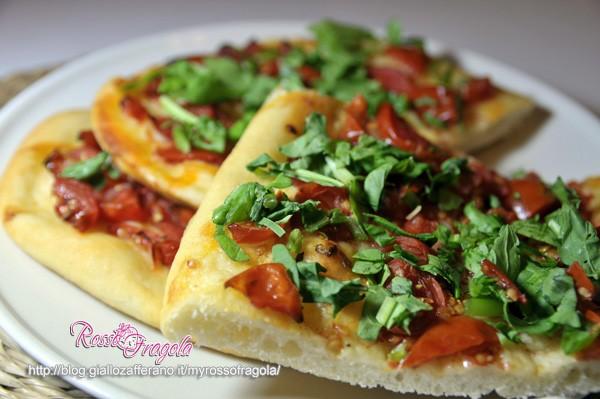 Pizza con pomodorini e rucola senza forno