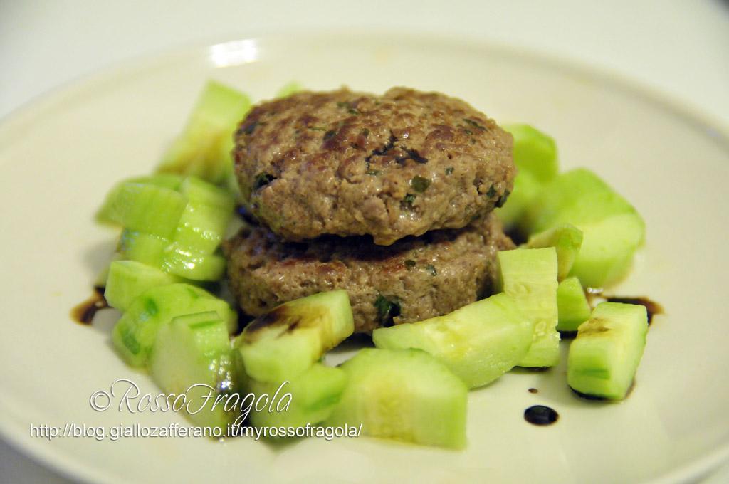 Hamburger-goloso-con-contorno-di-cetrioli.jpg