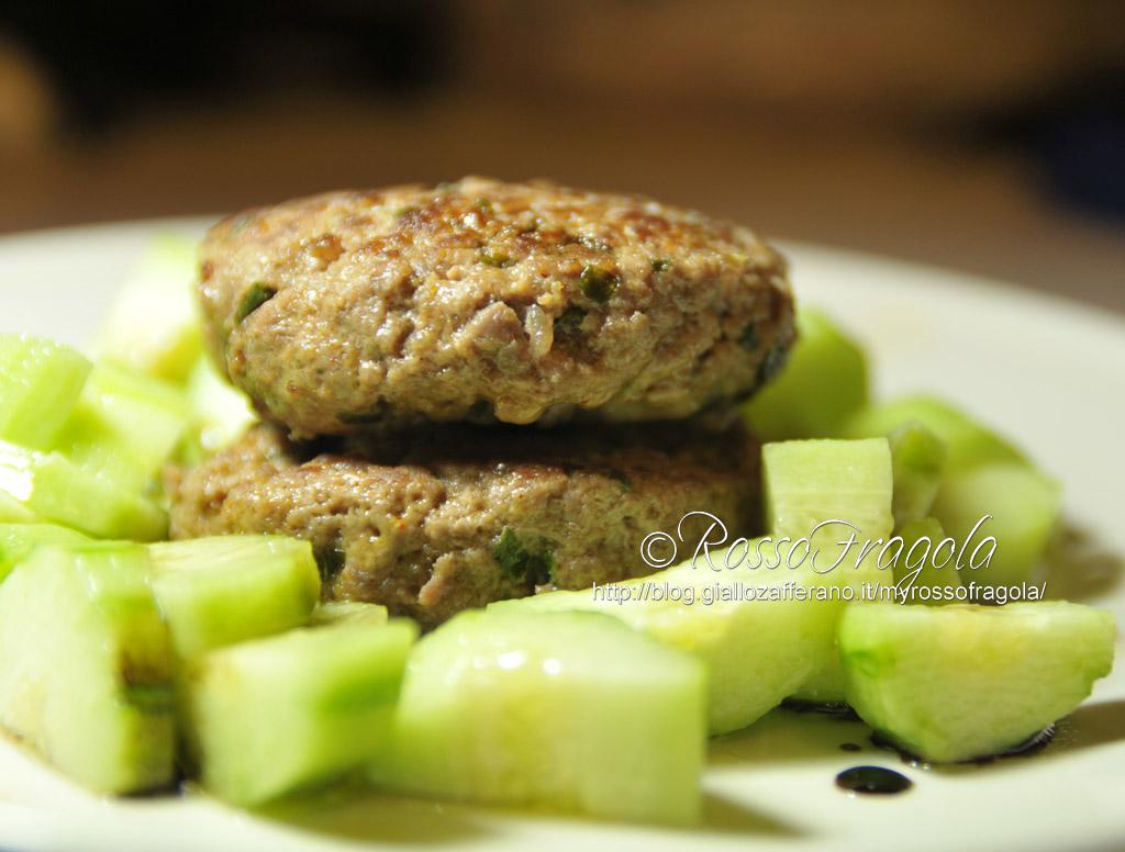 -hamburger goloso con contorno di cetrioli