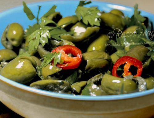 Olive verdi schiacciate e condite alla siciliana