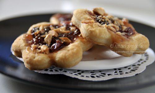 Fiori di sfoglia con marmellata e granella di mandorle