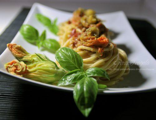 Nidi di spaghetti con tonno e fiori di zucca