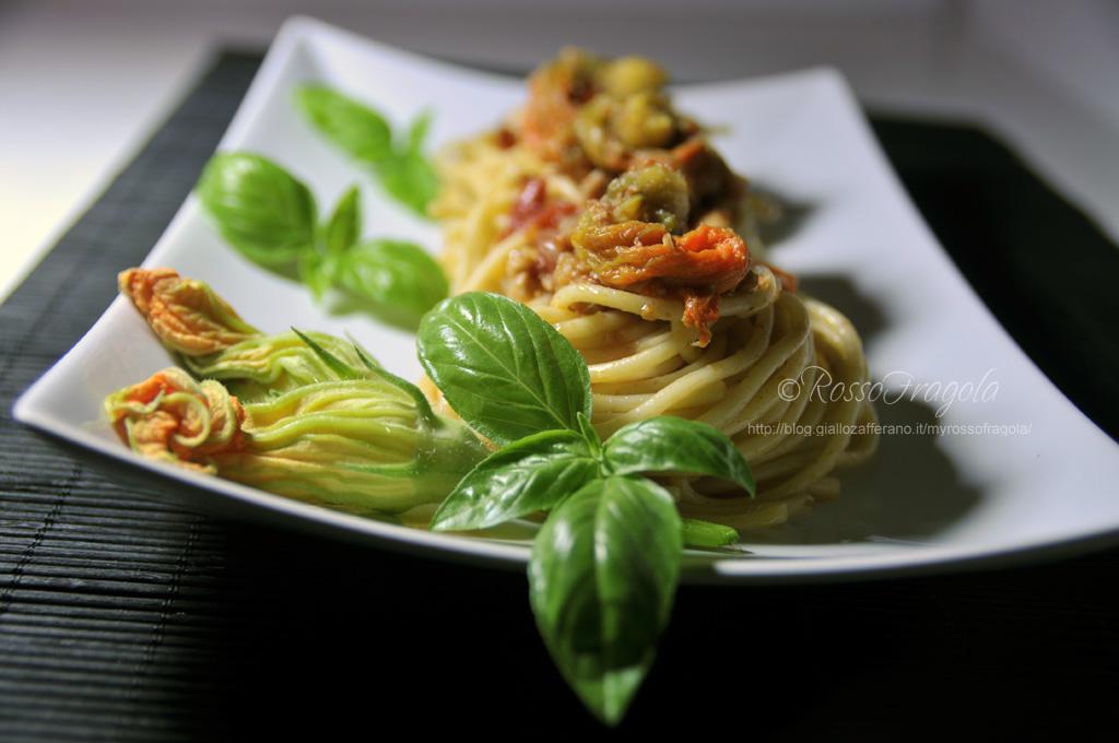 _nidi di spaghetti con tonno e fiori di zucca
