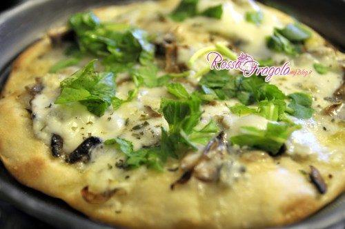 Pizza con gorgonzola  funghi e rucola
