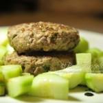 Hamburger goloso con contorno di cetrioli