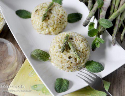 Cupolette di riso al salmone con asparagi e zucchine