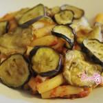 pasta-al-pomodoro-con-chips-di-melanzane-e-zucchine