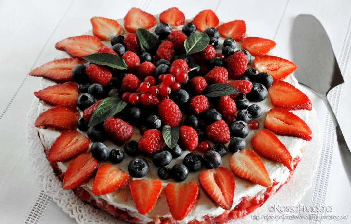 """Torta """"Delizia d'estate"""" con fragole e frutti di bosco"""