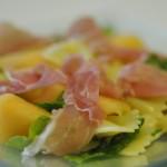 insalata di pasta fredda-farfalle con rucola prosciutto e melone