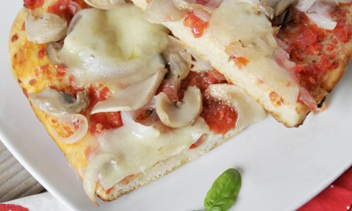 Pizza con cipolle e funghi