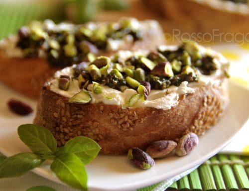 Bruschette al pesto di basilico e pistacchi