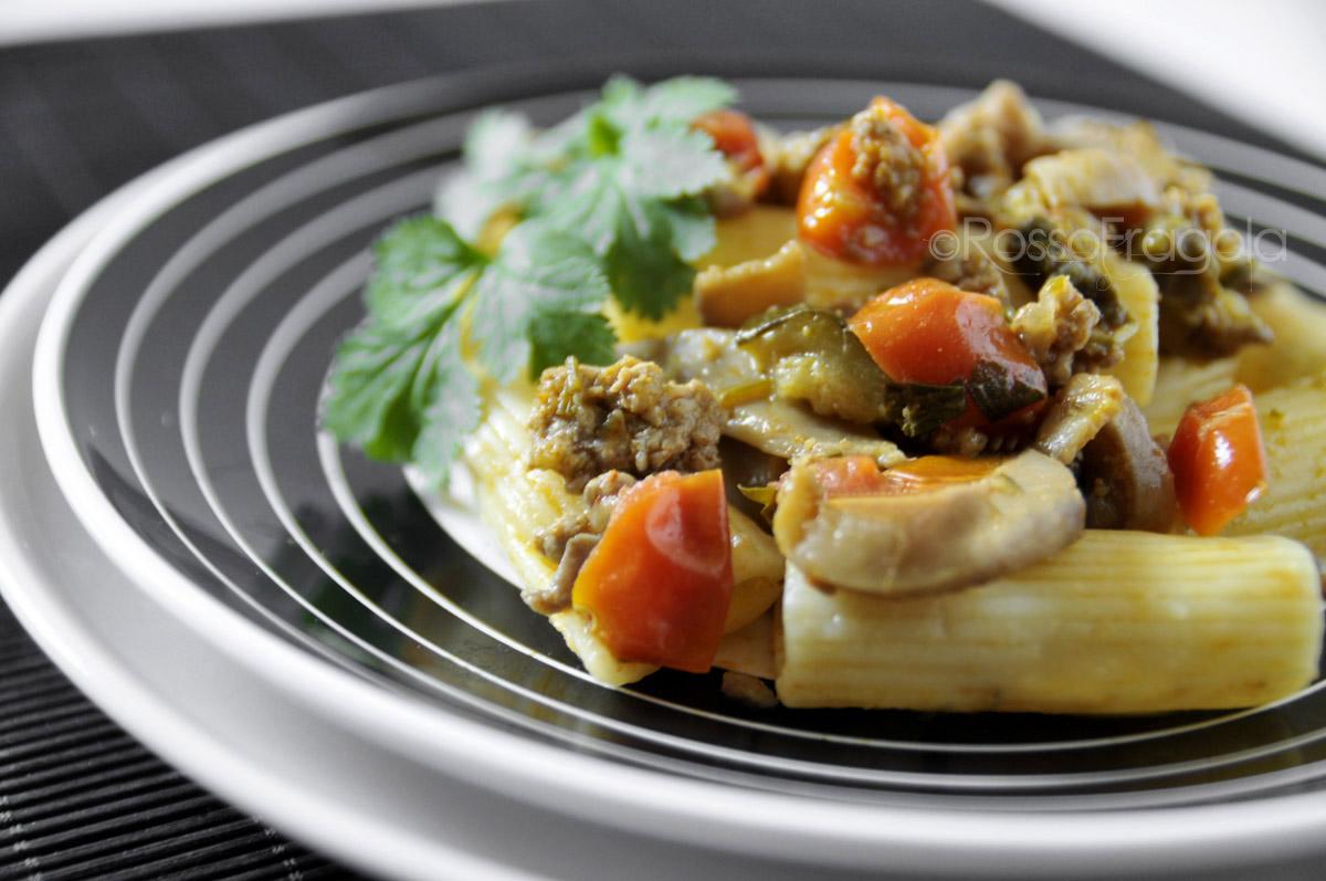 Pasta con salsiccia zucchine e funghi
