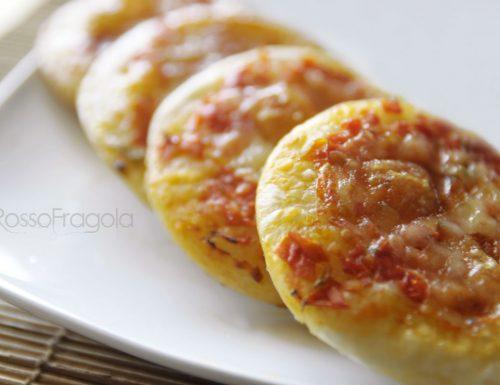 Pizzette buffet con pomodorini e mozzarella