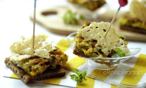 Crostini con omelette ai piselli e cialdine di grana